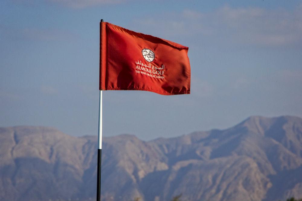 Drapeau et montagne golf d'Al Mouj avec votre pro