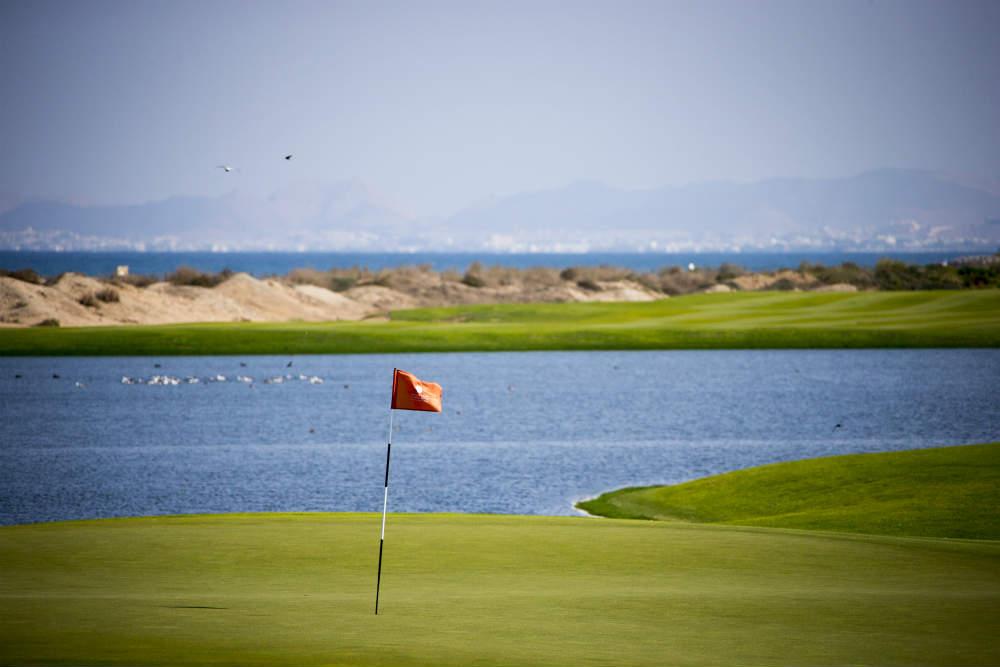 Drapeau et vue sur mer golf d'Al Mouj avec votre pro