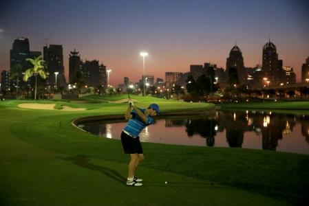 Lac et Fairways de nuit Emirates Faldo golf à Dubai aux Emirats Arabes Unis